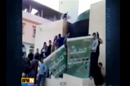 Vidéos: en Libye Kadhafi massacre son peuple