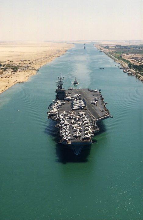 L'USS Enterprise face à la flottille iranienne à l'entrée du canal de Suez