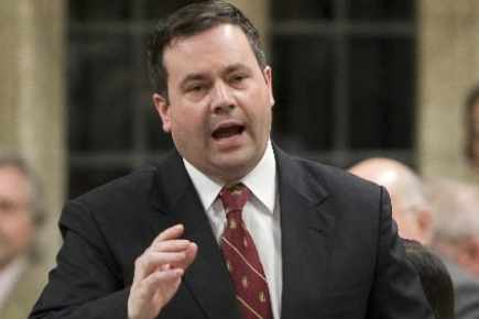 J. Kenney, ministre canadien, blessé par la semaine de l'apartheid
