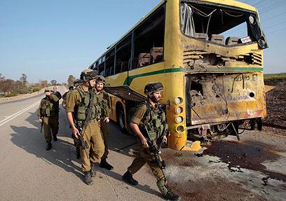 Attentat Hamas – Un missile anti char tiré sur un autobus civil israélien – Un enfant gravement blessé