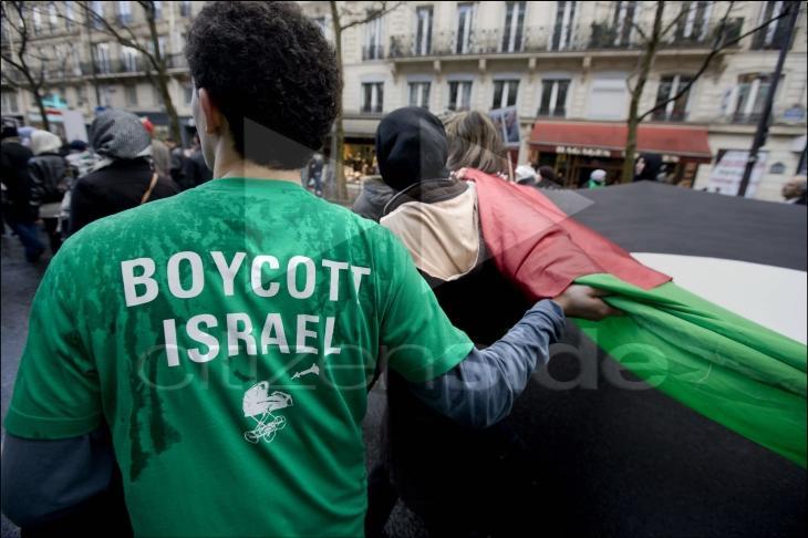 Londres: un musulman face à des islamistes défend son droit de vendre dres produits israéliens pendant le Ramadan.