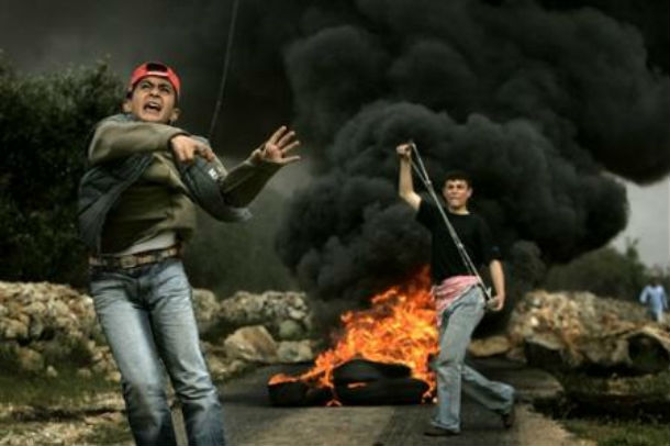 Terreur palestinienne: Pour célébrer leur demande à l'ONU, les palestiniens blessent un bébé de 16 mois et provoquent des incidents violents.