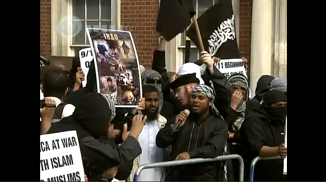 Vidéo: à Londres les islamistes manifestent et brûlent le drapeau américain devant l'Ambassade US !