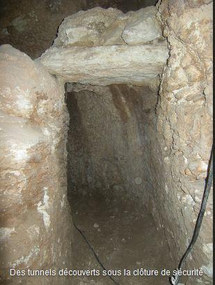 Des tunnels antiques sous la clôture de sécurité !