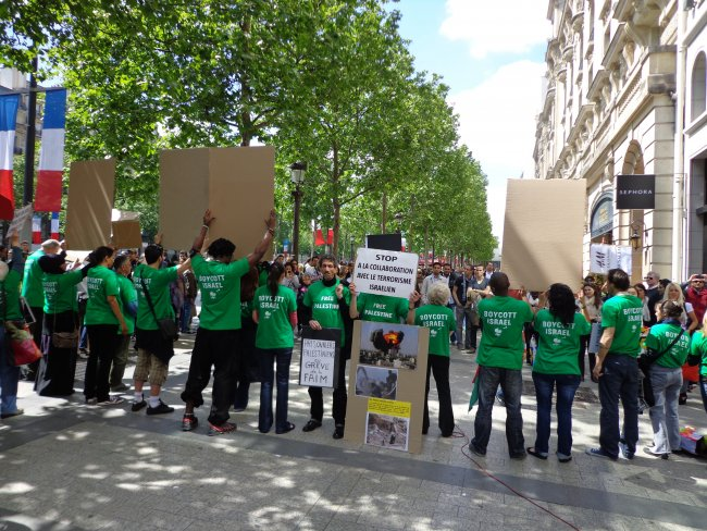 Désinformation  et Boycott : manifestation anti-israélienne sur les Champs Elysées le 12 mai