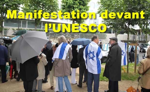 Manifestation sous la pluie devant l'UNESCO dimanche 24 juin 2012
