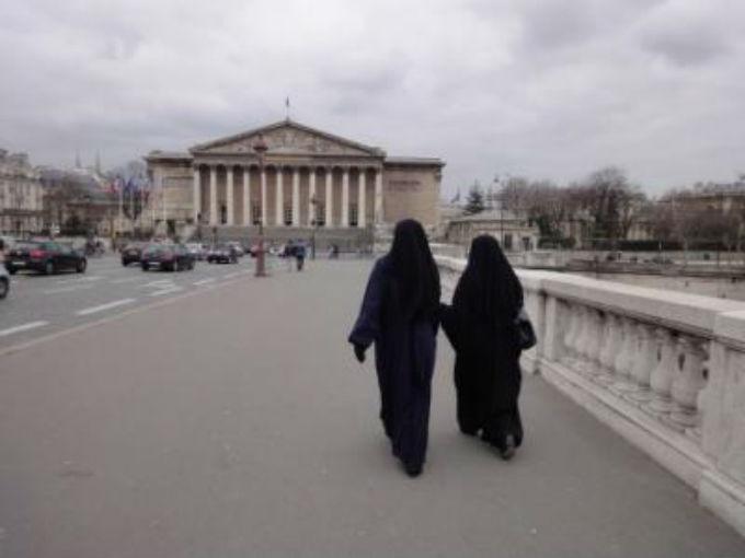 Sous leur niqab, comment vivent-elles l'interdiction ? Vidéo
