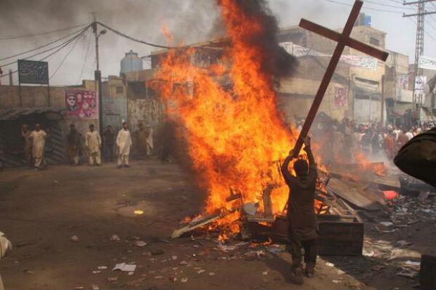 Pakistan : des musulmans se réjouissent d'avoir incendié des maisons de chrétiens – Christians under siege: Mob rule in Lahore