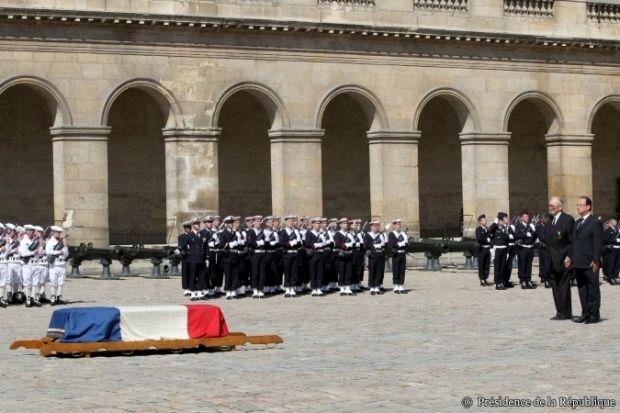 Hollande rend hommage au prix Nobel François Jacob, et fait une impasse…
