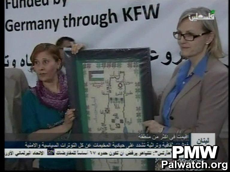 Des représentants de l' UNRWA posent avec une carte présentant l'ensemble d'Israël comme «Palestine» lors d'un événement au Liban