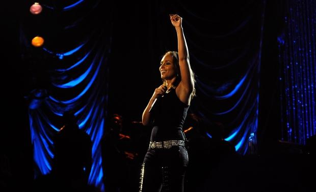 Bonheur en Israel: un enfant danse sur scène avec Alicia Keys