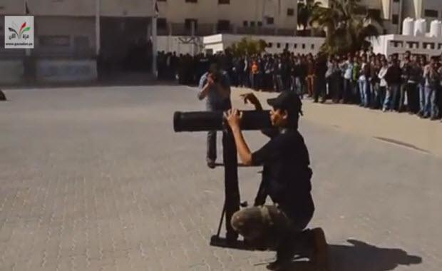 Nouveau programme éducatif du Hamas : apprendre à utiliser la Kalachnikov une heure par semaine