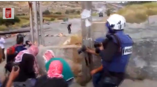 Les palestiniens se cachent derrière les journalistes pour tirer sur des juifs