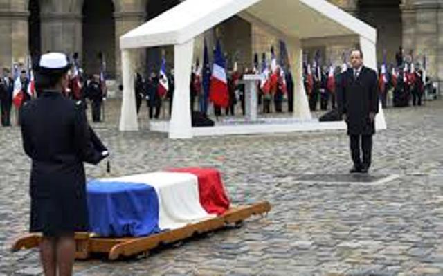 Bertrand Delanoë ne respecte pas la LOI : il inaugure avant l'heure un square au nom de l'indigne vieillard, Stephane Hessel