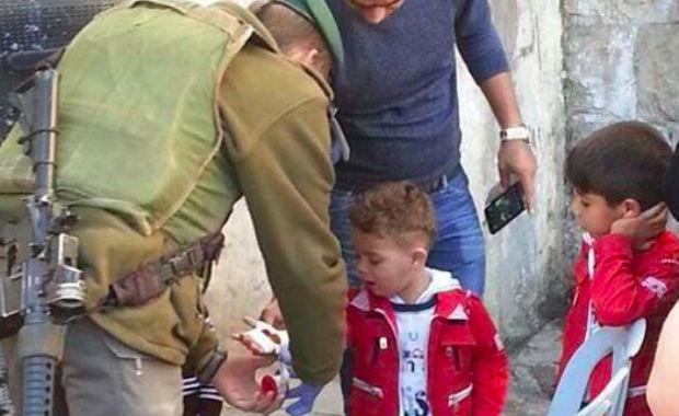 Photo: un soldat israélien soigne un enfant palestinien. La photo qu'on ne vous montrera jamais ailleurs…