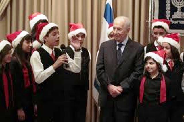 Joyeux Noël : Le Président Shimon Peres à Ramla avec la jeunesse chrétienne (Vidéo)