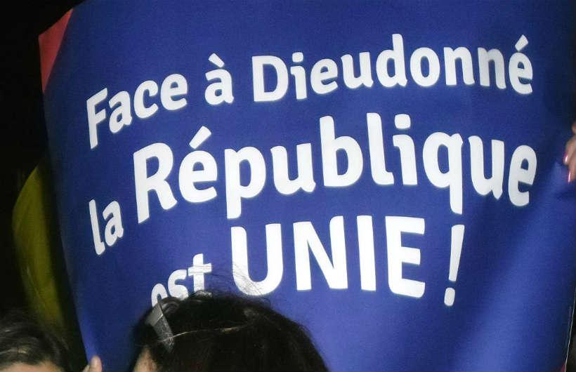 Près de 2000 personnes manifestent contre Dieudonné, l'antisémitisme, le racisme et le négationnisme place de la Bastille
