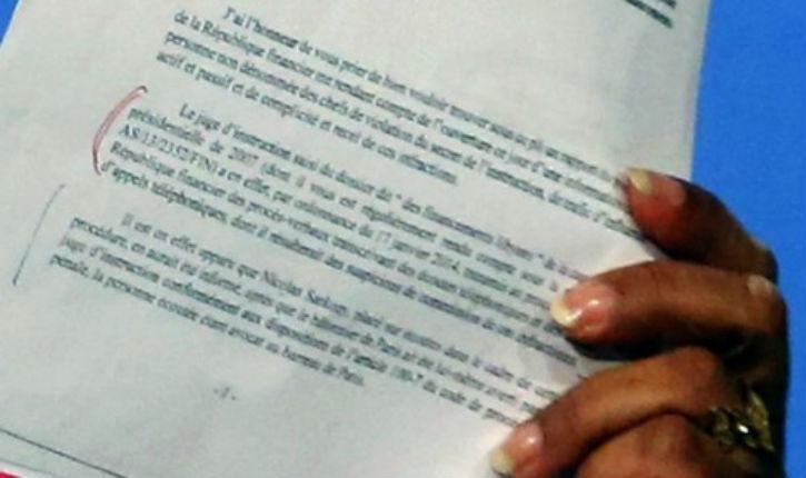 Taubira le faux pas: elle brandit par erreur les lettres qui prouvent qu'elle savait, pour les écoutes de Sarkozy