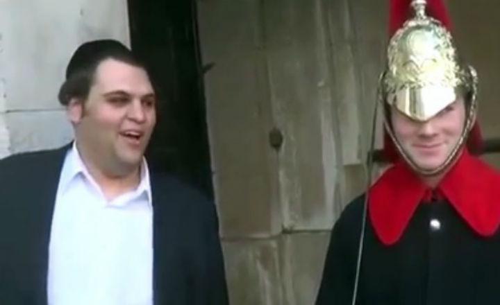 Un juif orthodoxe reussit à faire rire un soldat de la reine (vidéo/anglais)