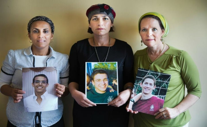 «Nos enfants sont kidnappés. Et que fait le monde ?» Vibrant appel à Genève des mères des trois ados israéliens kidnappés.