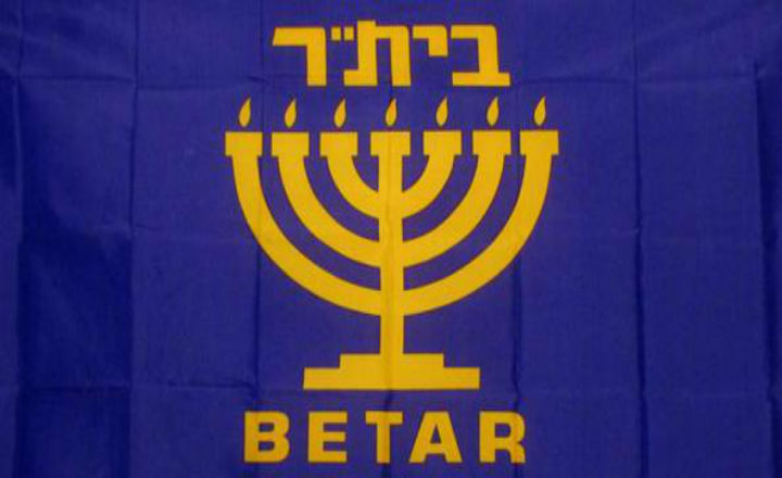 Le journal Libération stigmatise les groupes d'autodéfense juifs (LDJ/Betar). Le Monde offre une tribune aux amoureux du Hamas