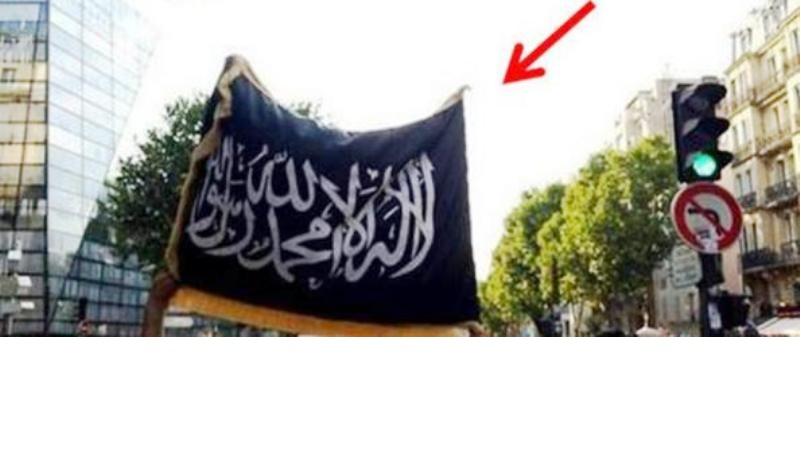 Paris – Manif. du 23 juillet : Le drapeau noir d'EIIL, le drapeau du Tawhid flottait bien sur la manifestation pro-Gaza & Hamas.