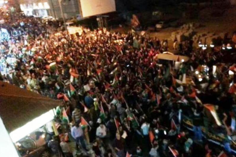 Des milliers d'arabes de Ramallah marchent actuellement sur Jérusalem