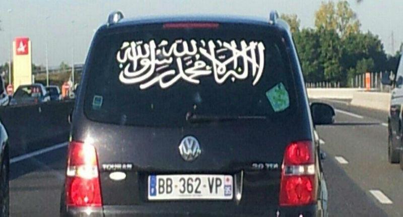 France: les djihadistes ne se cachent même plus, ils affichent le drapeau de l'état islamique sur leur voiture