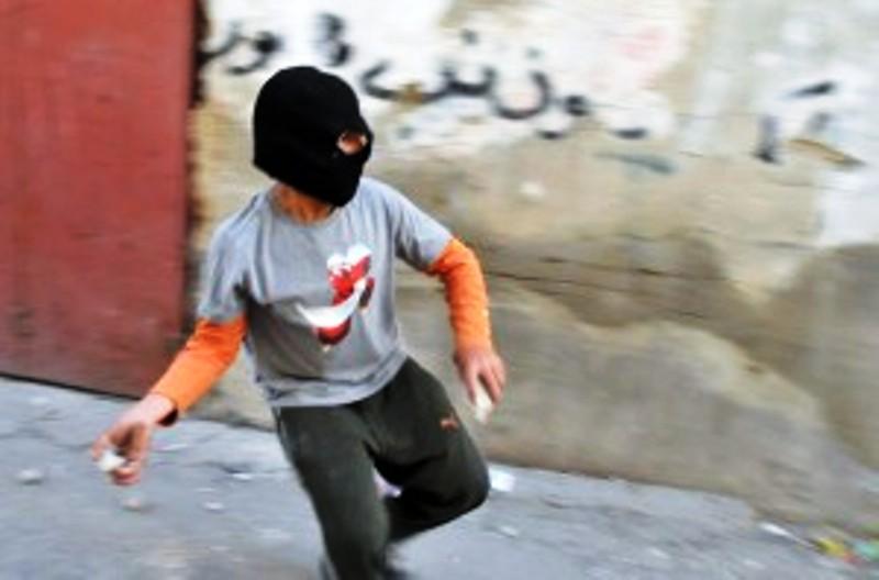 Une randonnée qui finit en cauchemar : des arabes israéliens lancent des pierres sur des enfants juifs israéliens en sortie scolaire et les blessent.