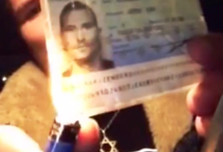[Vidéo] Un juif français brûle sa carte d'identité en protestation contre le vote de l'Assemblée Nationale pour la reconnaissance de la Palestine