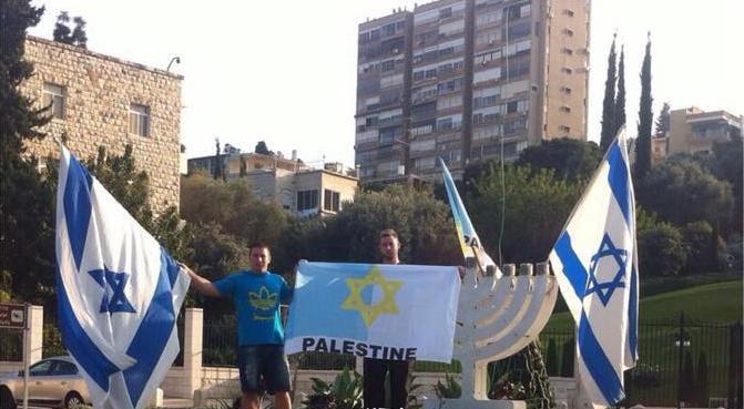 Des étudiants de Haïfa arborent le vrai drapeau de la Palestine