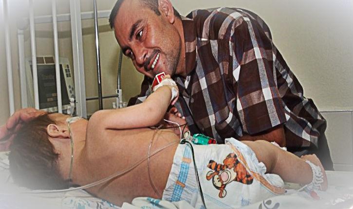Prendre un enfant Yazidi par la main pour le soigner en Israël
