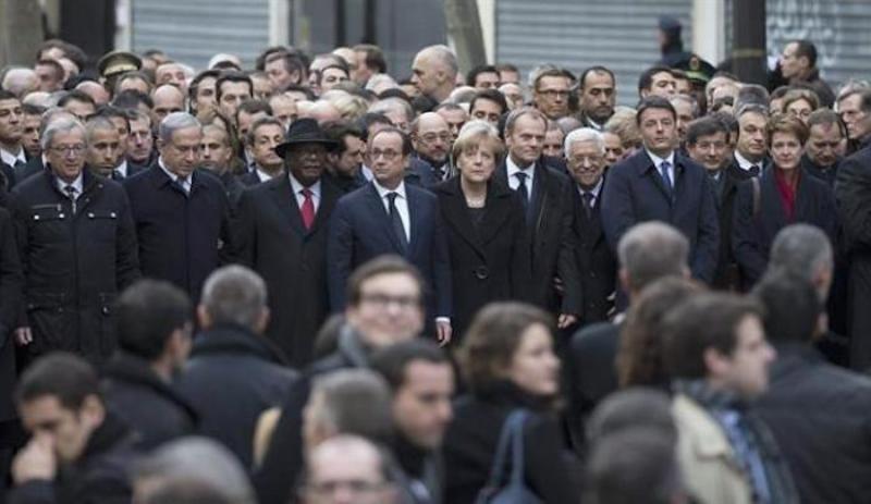 La France à Netanyahu: si vous venez, nous inviterons Abbas…cet homme tout sourire au milieu d'une foule morose.