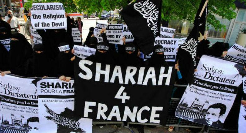 Le président de région Xavier Bertrand «J'appelle à une offensive républicaine contre l'islamisme qui gangrène notre pays et remet en question les fondements de notre société»