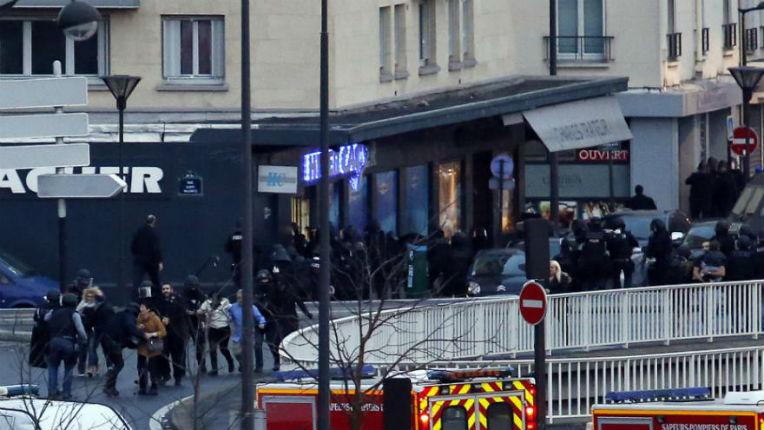 [Vidéos] Terrorisme islamiste: Prise d'otages à Vincennes, l'assaut est terminé. Au moins 4 otages tués, 5 otages blessés et 3 policiers du RAID blessés.