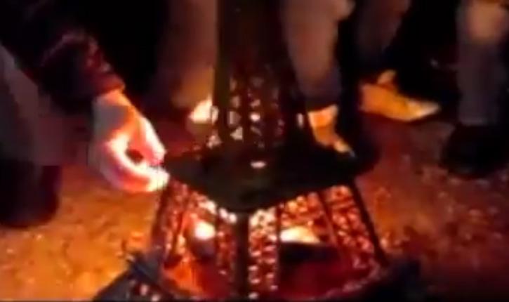 Terrorisme la tour Eiffel en feu sous les cris de musulmans