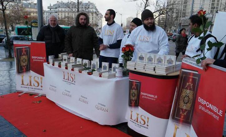 Exclusif: Prosélytisme islamiste en plein Paris appelant à n'obéir qu'à la Charia et non aux lois de la République… «Allahu Akbar»