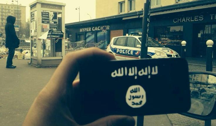 Une photo du drapeau noir de l'Etat islamique prise devant l'Hyper Cacher de Vincennes