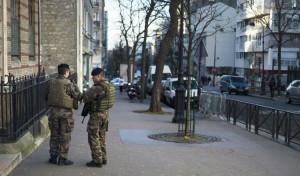 militaires devant un lycée juif