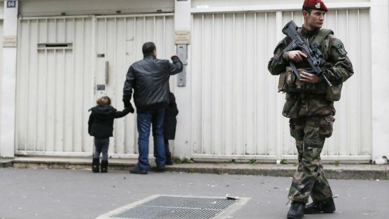 militaires protègent une école juive