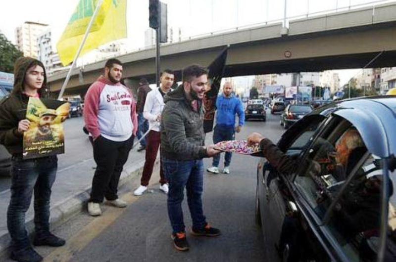 Des libanais célèbrent la mort des deux soldats de Tsahal en distribuant des bonbons