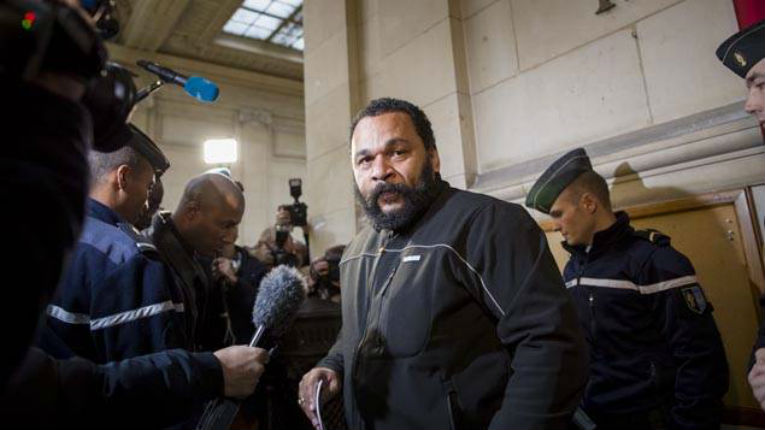 L'antisémite Dieudonné expulsé du théâtre de la Main d'Or à Paris