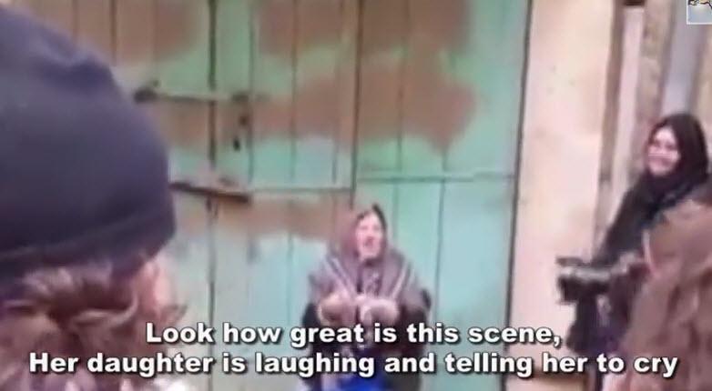 [Vidéo] Pallywood: Mise en scène victimaire d'une femme palestinienne qui pleure devant les journalistes pendant que sa fille se marre…