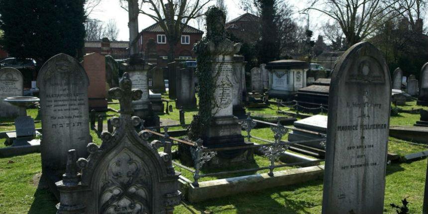 Bas-Rhin : des centaines de tombes profanées dans un cimetière juif