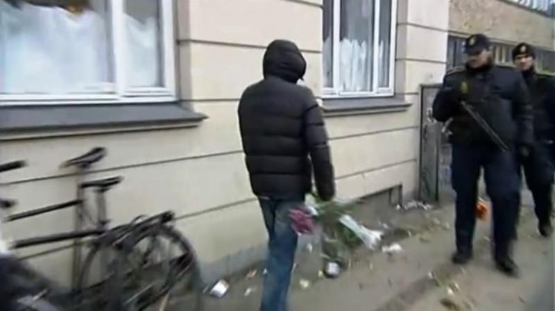 Copenhague : «Allahu Akbar!». Les fleurs «en hommage au tueur», sont jetées par de jeunes musulmans, car «non islamiques».