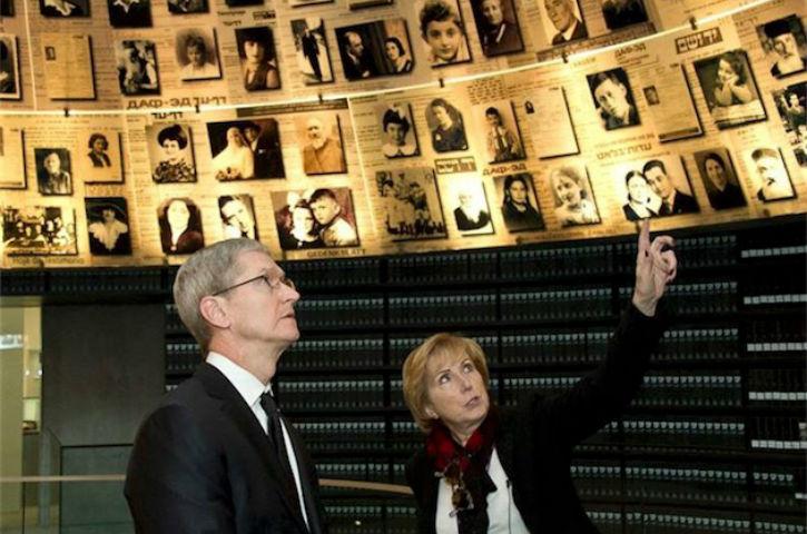 Le patron d'Apple, Tim Cook, fait un détour par Yad Vashem «leur mémoire éclairera le potentiel de l'humanité»