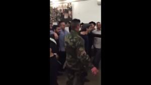 des soldats français dansent dans une synagogue