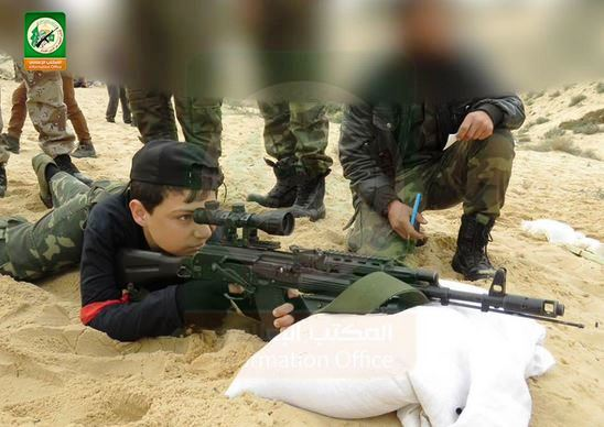 les enfants apprennent le maniement des armes (Photo: @qassam_arabic1/ Twitter/Hamas)
