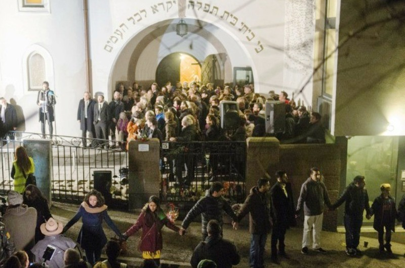 Media Hoax : 20 musulmans se tenant la main, deviennent une 'Chaîne de la Paix' de 1000 musulmans devant la Synagogue d'Oslo