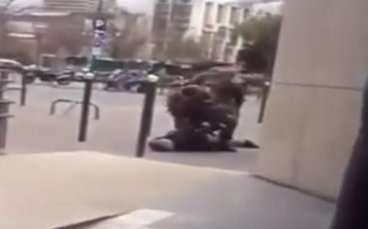 Les militaires maîtrisent un suspect devant l'école Yavné de Paris